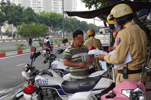 Cảnh sát giao thông phạt đến 3 triệu đồng người không đeo khẩu trang