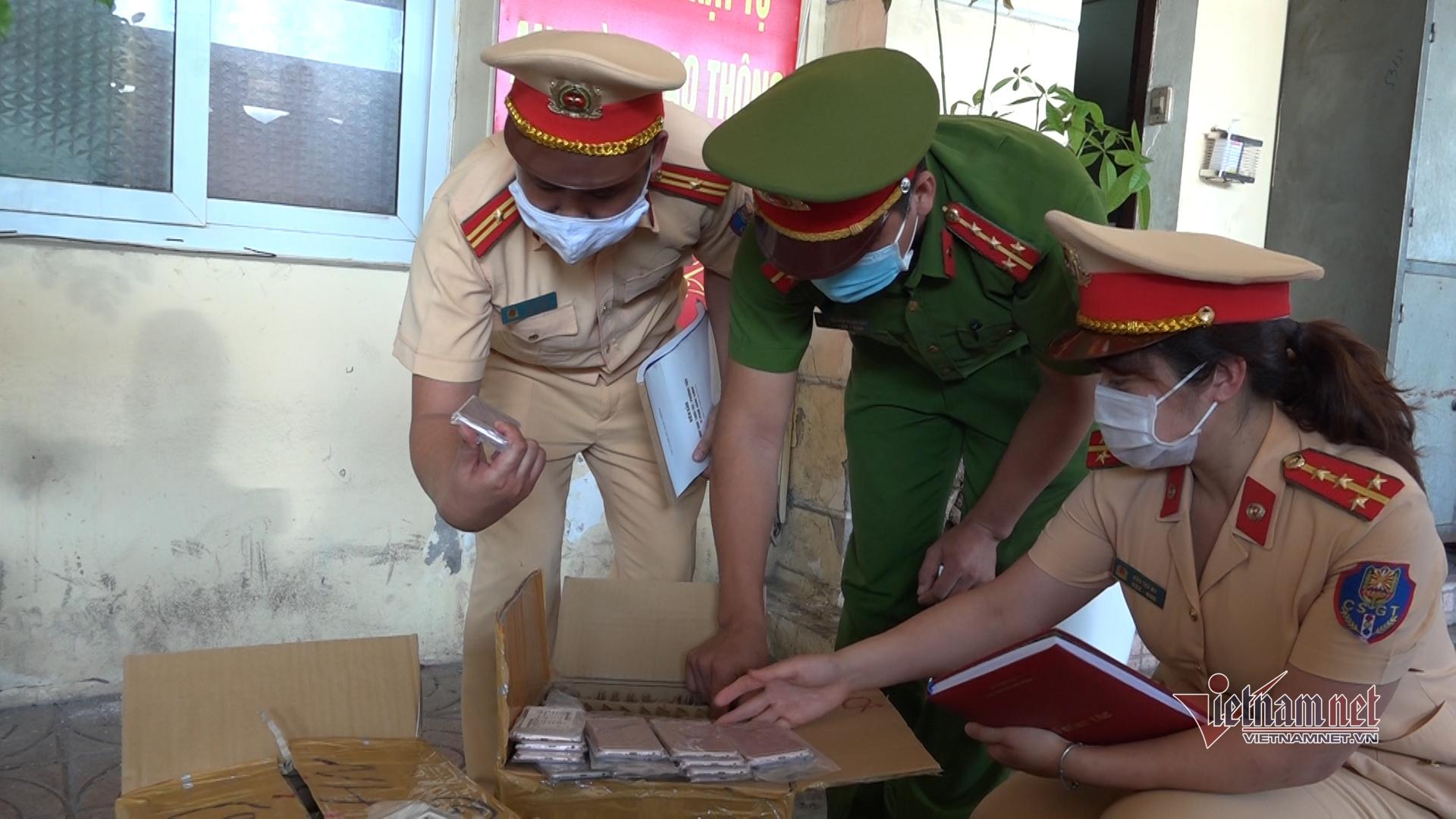 Cảnh sát giao thông bắt giữ lô điện thoại nghi nhập lậu trị giá hàng tỷ đồng