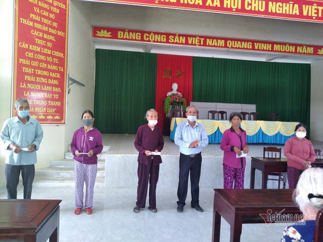 Đại diện Hoài Linh trao 5,1 tỷ cho Quảng Ngãi, Huế và Quảng Trị