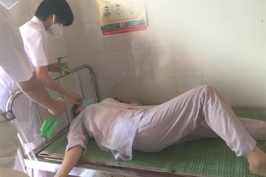 Kiệt sức dưới nắng nóng, y bác sĩ đổ gục trong bộ đồ bảo hộ