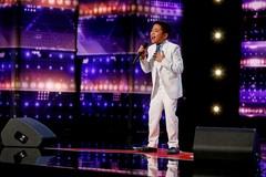 Cậu bé 10 tuổi gây kinh ngạc khi hát bản hit của Celine Dion