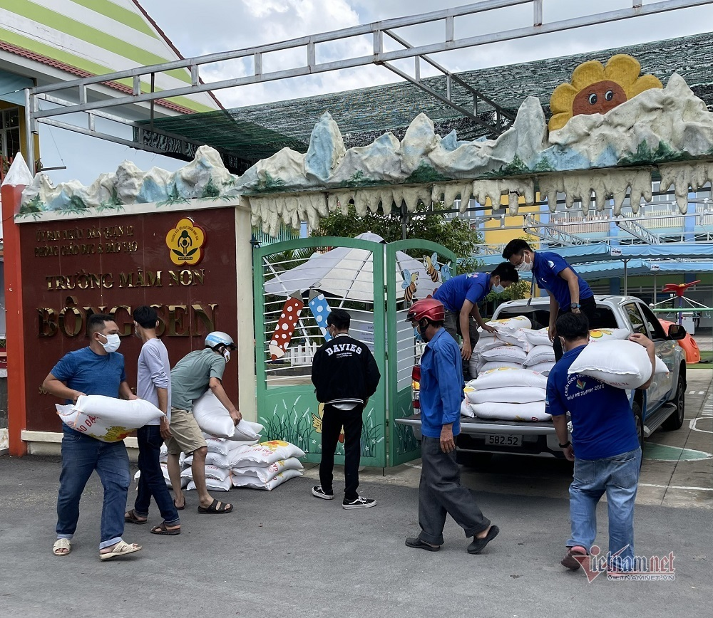 ATM gạo 'tái xuất' hỗ trợ người dân trong khu cách ly ở TP.HCM