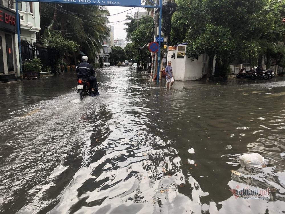 Cửa ngõ sân bay Tân Sơn Nhất ngập lênh láng sau mưa lớn