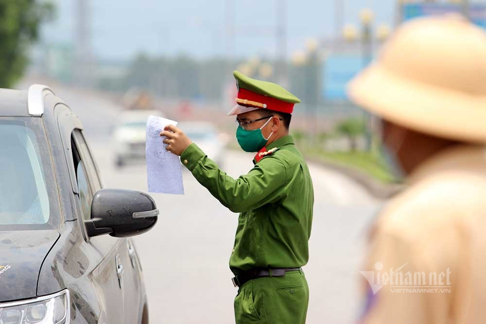 Chốt kiểm dịch căng mình giữa 'chảo lửa' Bắc Giang