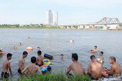 Nóng 40 độ C: Hàng trăm người kéo ra sông hồ giải nhiệt