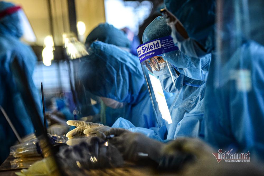 Trắng đêm lấy mẫu xét nghiệm Covid-19 cho hơn 30.000 công nhân Khu chế xuất Tân Thuận