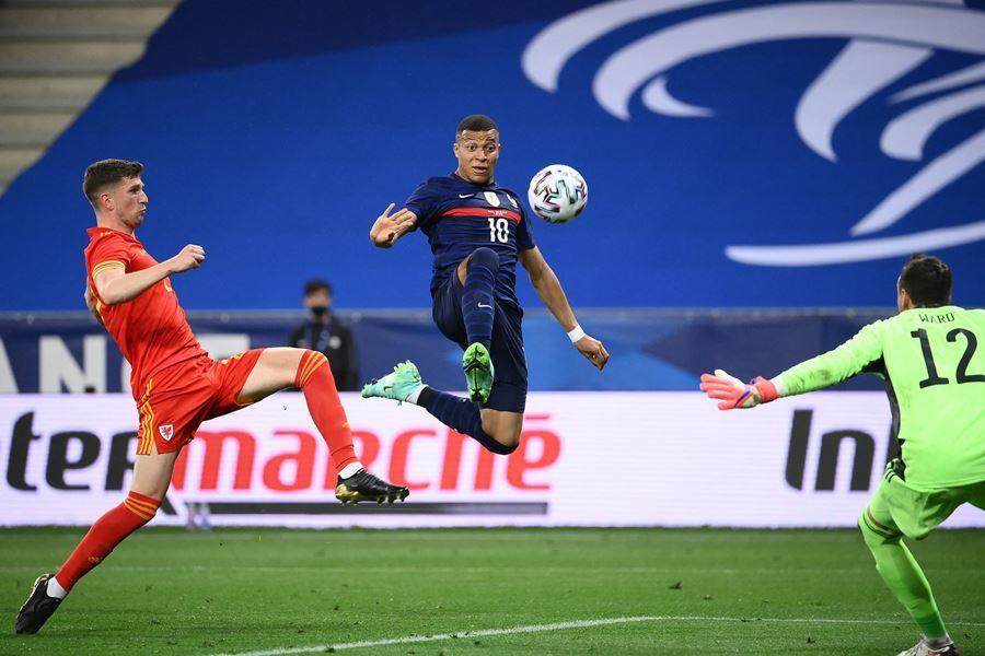 Benzema hỏng phạt đền, Pháp vẫn dễ dàng đè bẹp xứ Wales