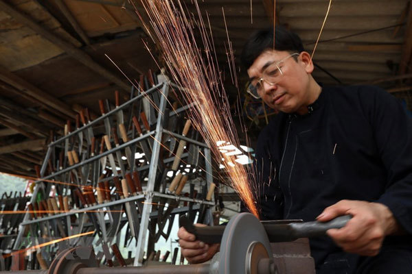 Knife village retains 300-year-old traditional craft