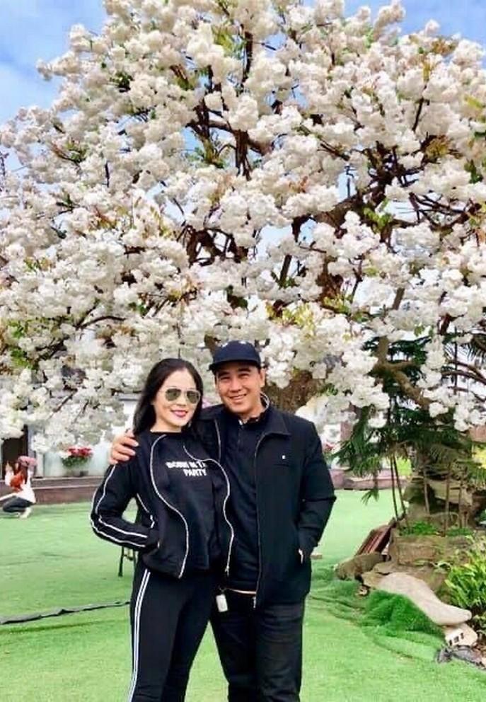 Bà xã doanh nhân U50 kín tiếng của MC Quyền Linh