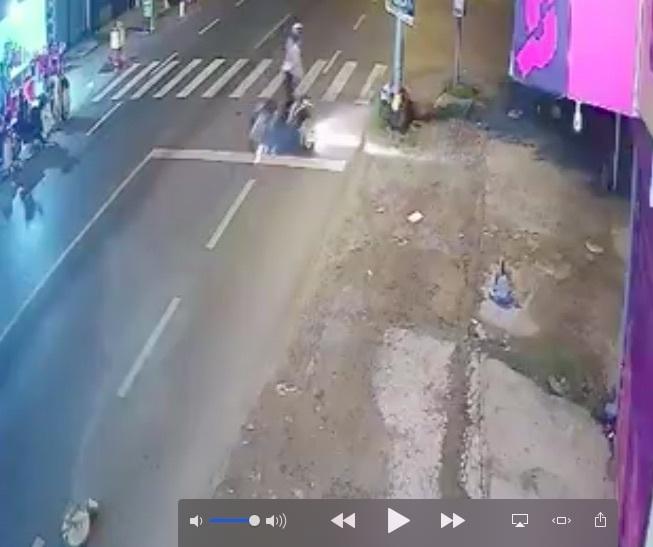 Cô gái chấn thương nặng vì xe tông trúng cục bê tông lăn ra đường