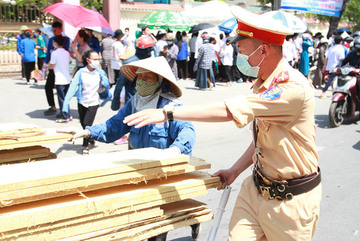 Workers toil under midday sun