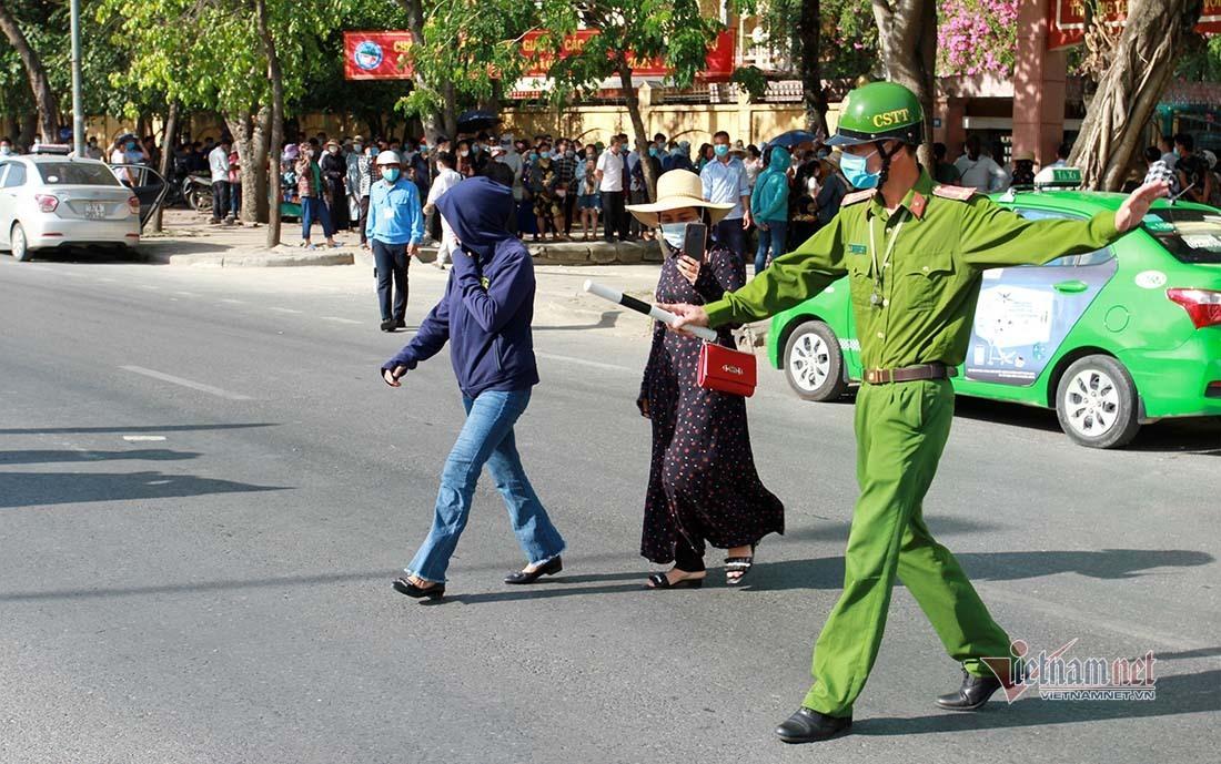 Hàng ngàn thí sinh miền núi 'đổ' về thành phố Vinh dự thi lớp 10