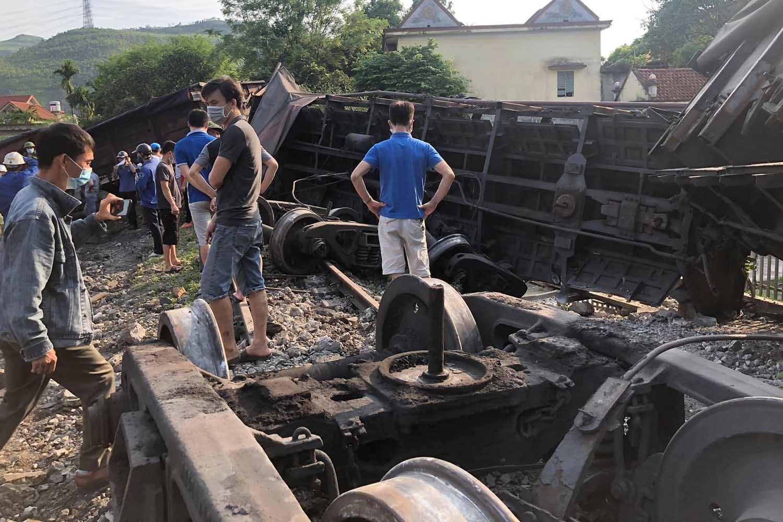 Sáu toa tàu đứt rồi đổ lật ở Quảng Ninh, một bé trai thương nặng