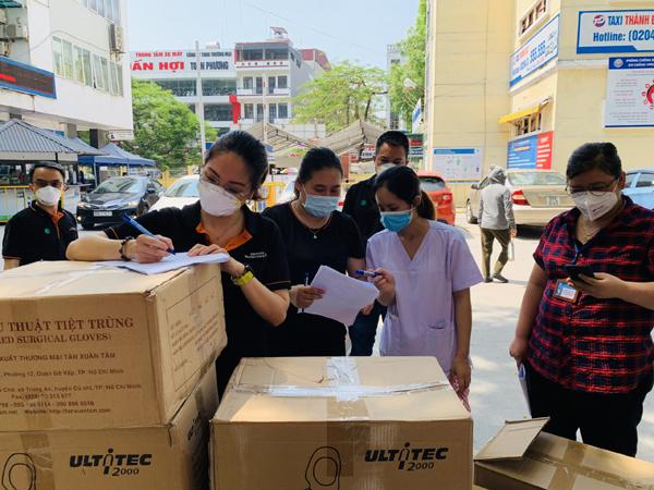 Tập thể nhân viên Siemens Healthineers tặng đồ bảo hộ cho y, bác sĩ Bắc Giang