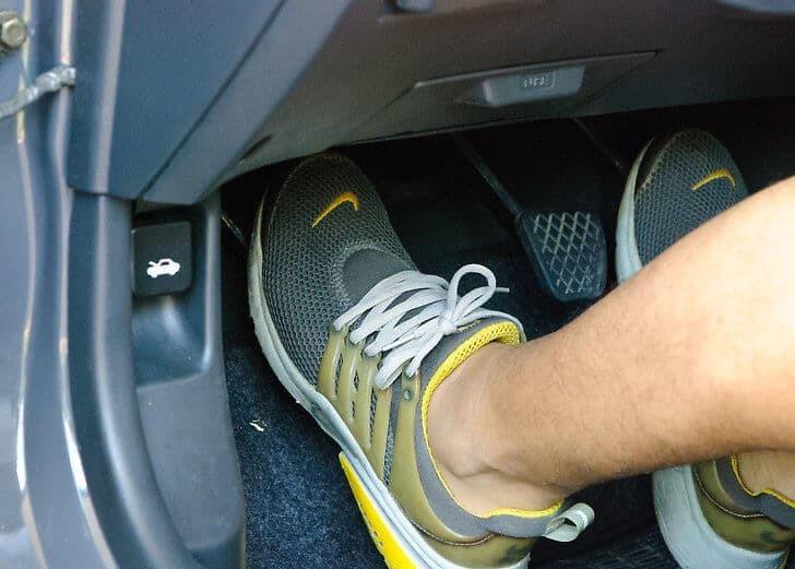Lái ô tô số sàn, có nên ngắt côn cho xe tự trôi?