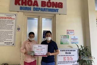 Mẹ nghèo rơi nước mắt nhận hơn 300 triệu đồng báo VietNamNet trao tặng cứu con