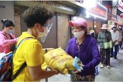 Chủ quán ăn ở Hà Nội phát gạo, tiền cho người khó khăn do dịch bệnh
