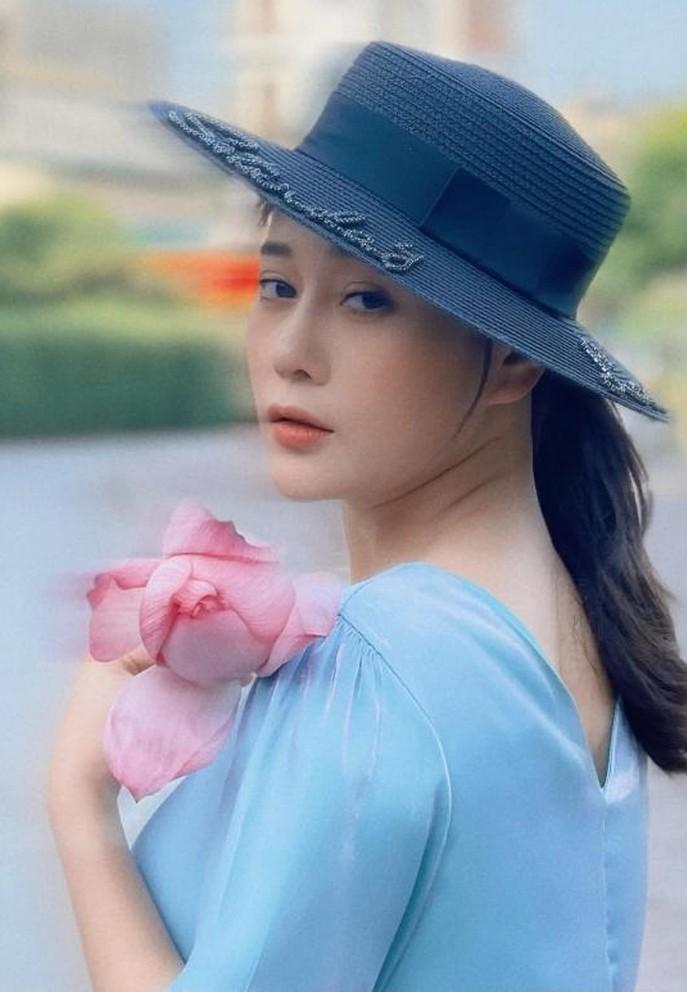 Phương Oanh đẹp dịu dàng bên hoa sen