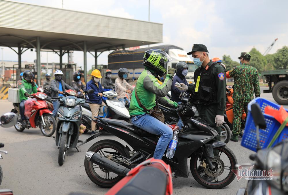 Người dân đi từ TP.HCM bối rối khi qua chốt kiểm dịch Đồng Nai