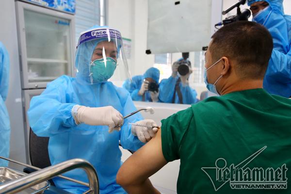 Xem xét tiêm vắc xin phòng Covid-19 cho chuyên gia nước ngoài tại Việt Nam