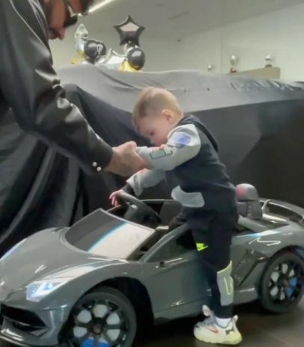 Nam rapper tặng Lamborghini cho con trai 2 tuổi gây xôn xao