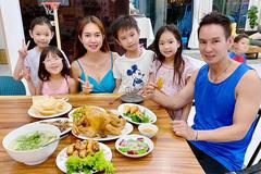 Bữa cơm yêu thương của Lý Hải và vợ kém 17 tuổi cùng 4 con