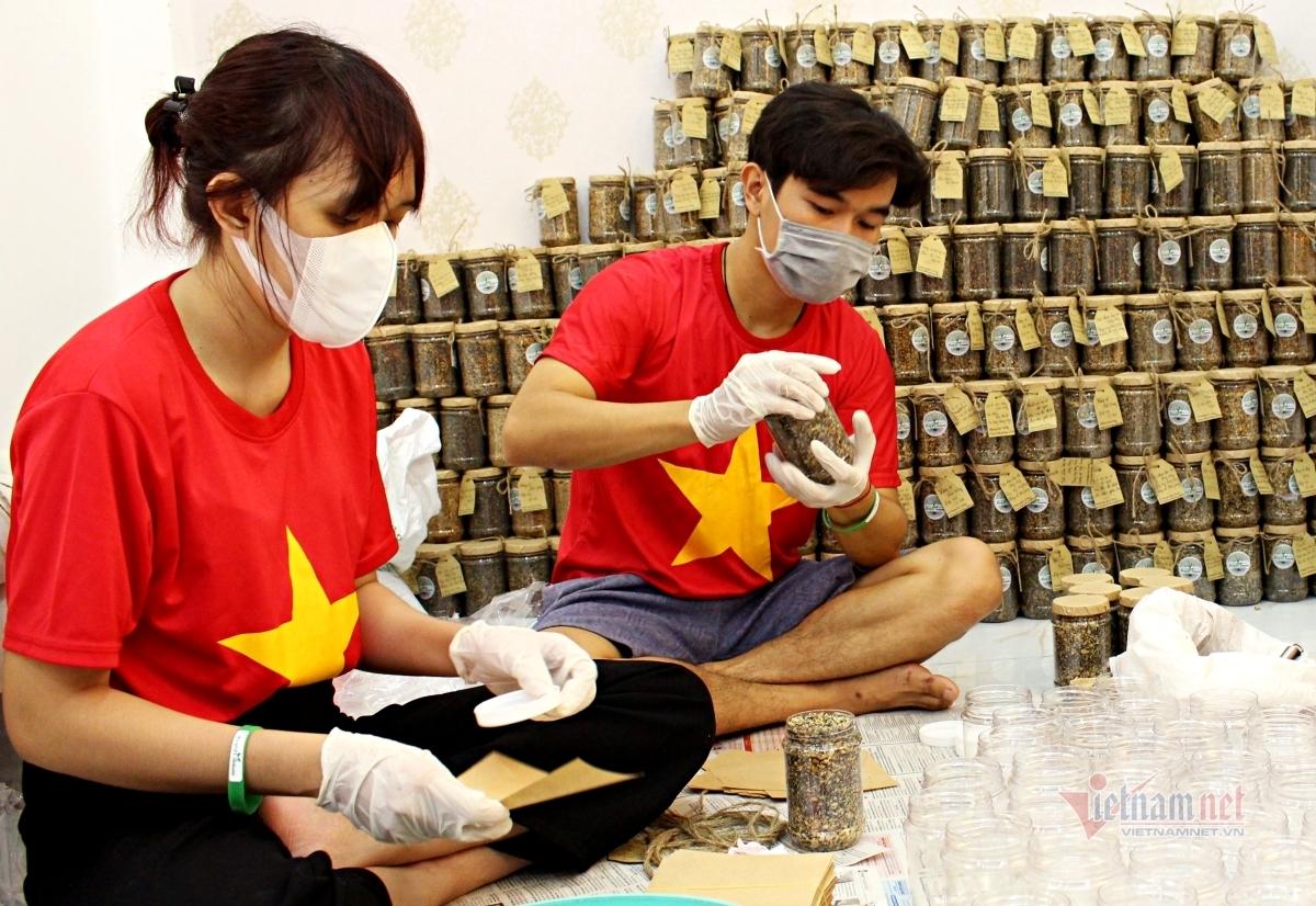 Thức đêm làm 1.000 hộp muối mè tặng bác sĩ chống dịch ở Bắc Giang