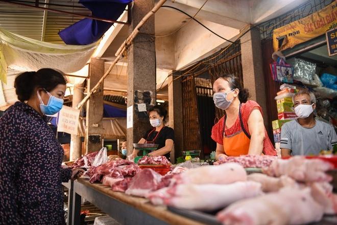 Giá lợn hơi lao dốc, thịt lợn ngoài chợ bao giờ mới rẻ?