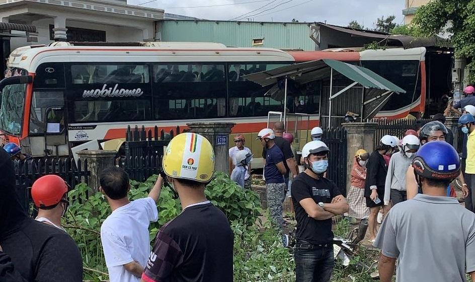 Xe tải đâm liên hoàn trên quốc lộ, 2 người chết, nhiều người bị thương