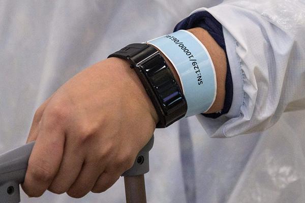 Lộ diện mẫu vòng đeo tay quản lý người cách ly Covid-19