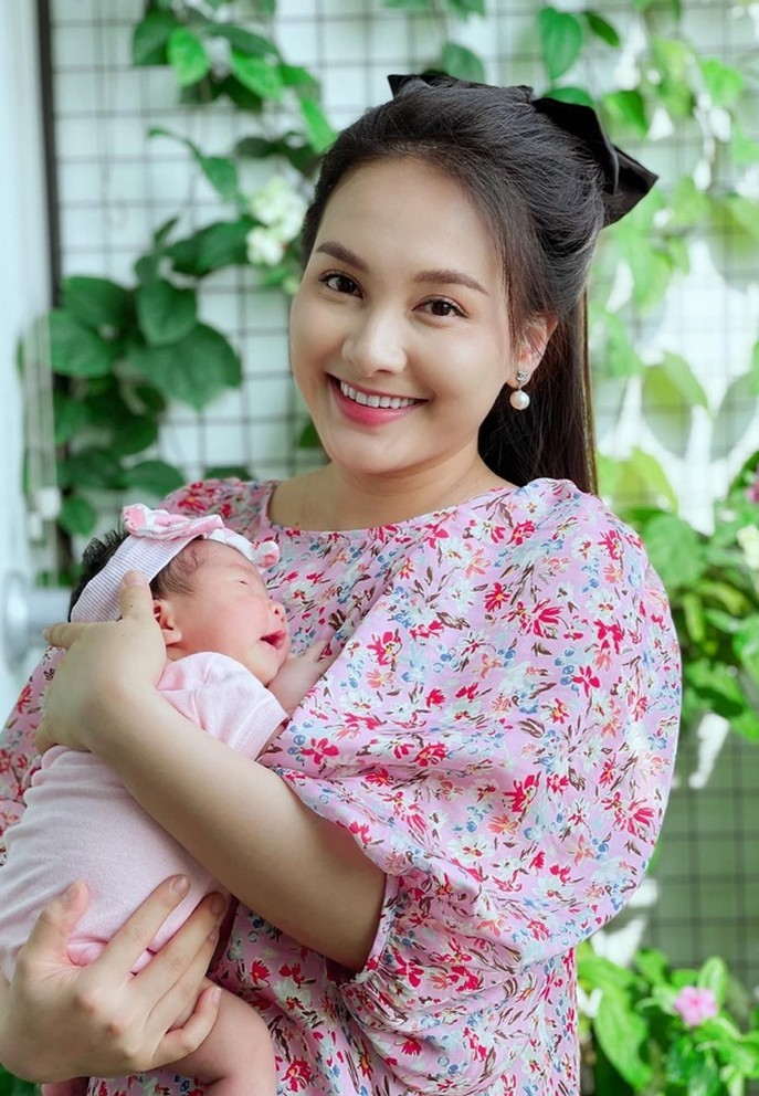 Bảo Thanh rạng rỡ bên con gái một tháng tuổi