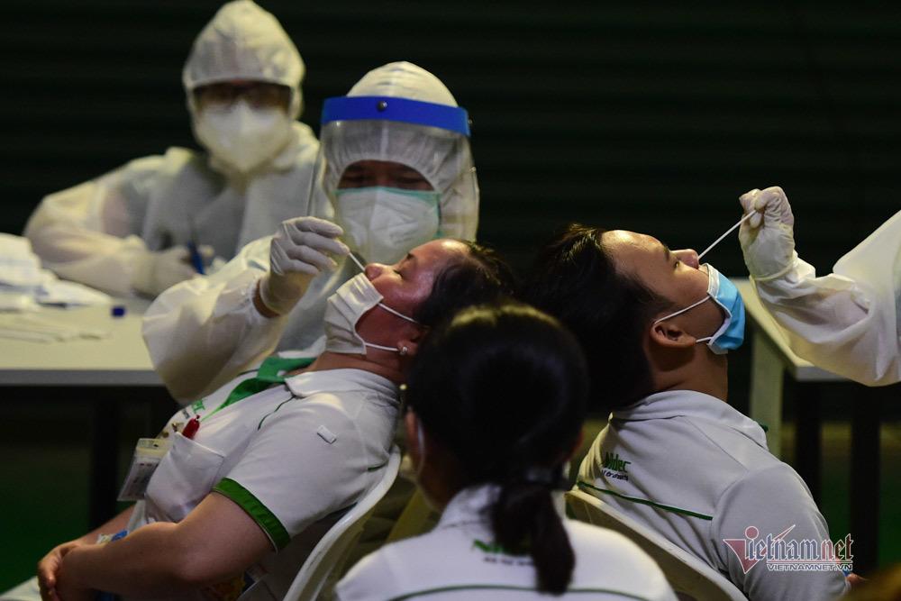 Ca mắc Covid-19 tăng kỷ lục, TP.HCM 'cân não' chống dịch, chờ đợi vắc xin