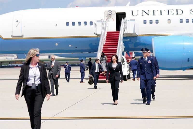 Chuyên cơ chở Phó Tổng thống Mỹ bất ngờ gặp sự cố