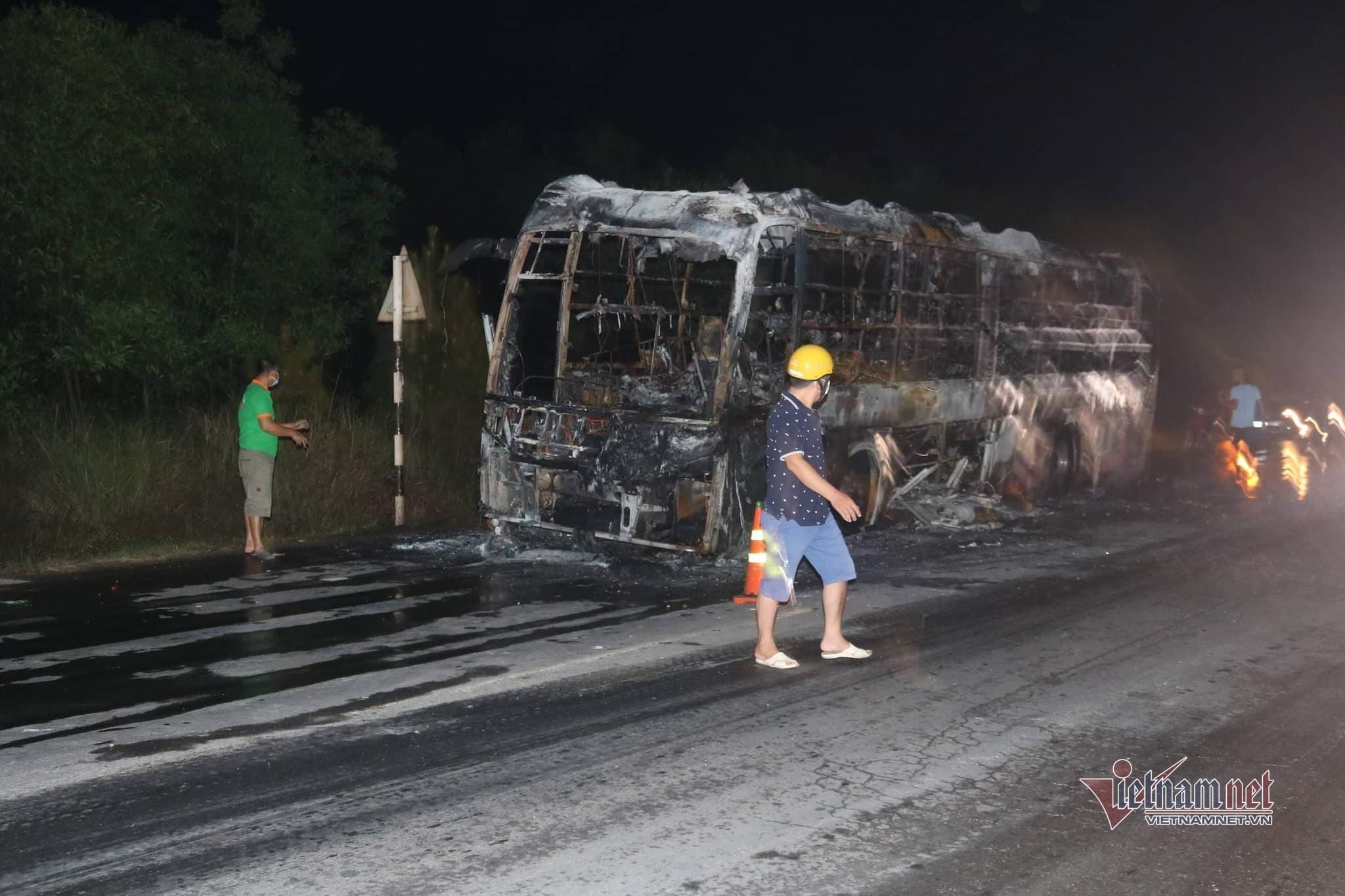 Xe khách giường nằm chở 10 người bốc cháy ngùn ngụt