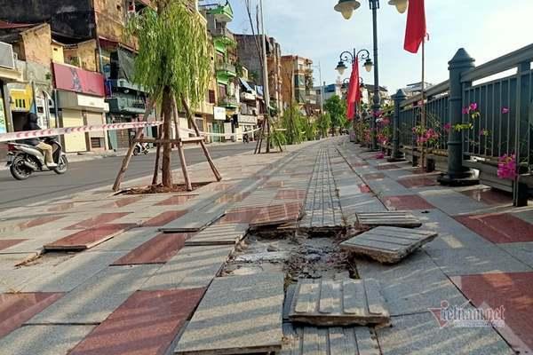 Đá lát vỉa hè phố đi bộ Tam Bạc bong tróc nhiều nơi