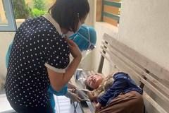 Nữ điều dưỡng ngất xỉu khi đang lấy mẫu xét nghiệm ở Hà Tĩnh
