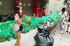 Người phụ nữ mua 2 tấn vải Bắc Giang tặng bà con tổ dân phố