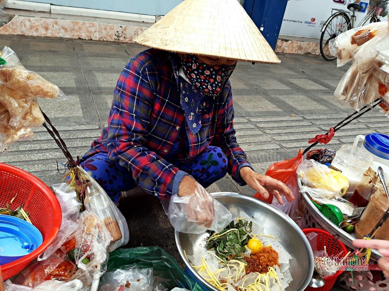 Lao động nghèo mùa dịch trưa ăn cơm từ thiện, chiều cháo loãng qua ngày