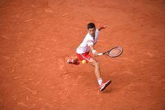 Djokovic lấy vé tứ kết vì tay vợt 19 tuổi bỏ cuộc ở set 5