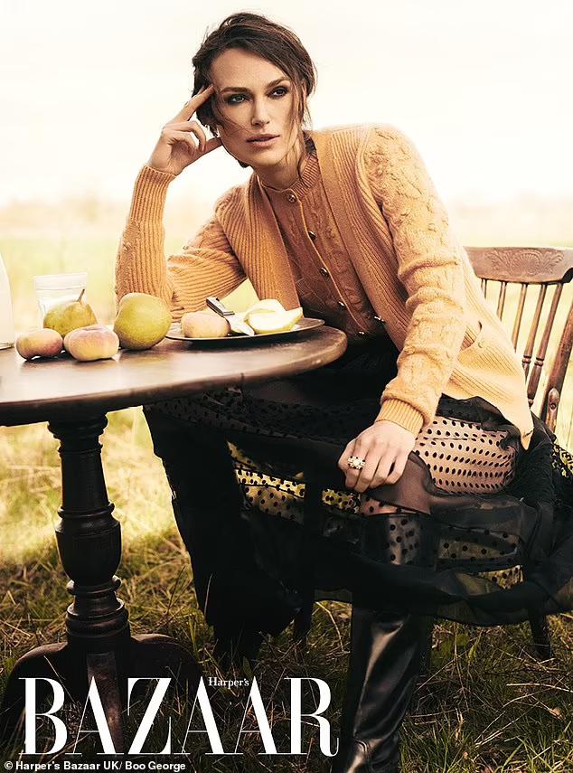 Keira Knightley mặc đồ Chanel hàng ngày suốt thời gian bị phong tỏa