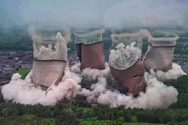 Xem bốn tháp làm mát ở nhà máy nhiệt điện Anh sập trong tích tắc
