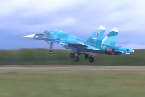 'Thú mỏ vịt' Su-34 Nga nhào lộn, nã tên lửa diệt mục tiêu