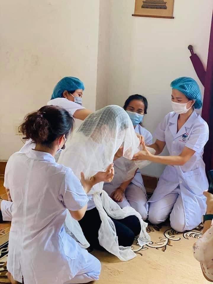 Bố mất, nữ điều dưỡng không thể về, bệnh viện lập bàn thờ trong khu cách ly