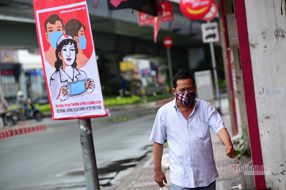 Cuộc sống trong khu cách ly Gò Vấp, cô bán hàng đeo 2 khẩu trang
