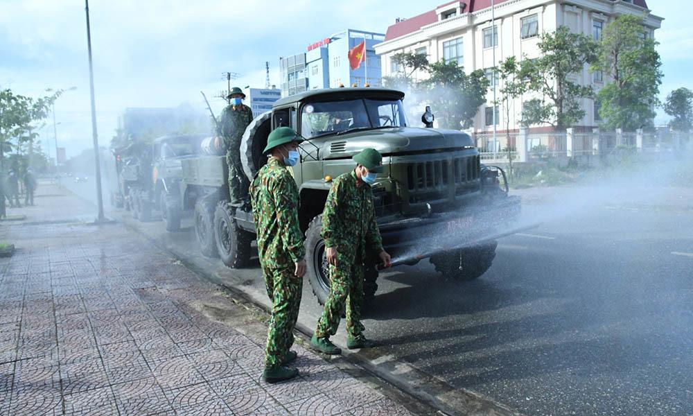 Bộ đội phun khử khuẩn tại vùng dịch Hà Tĩnh
