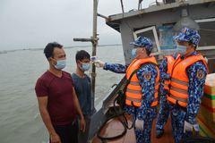 Cảnh sát biển hỗ trợ ngư dân phòng chống dịch COVID-19