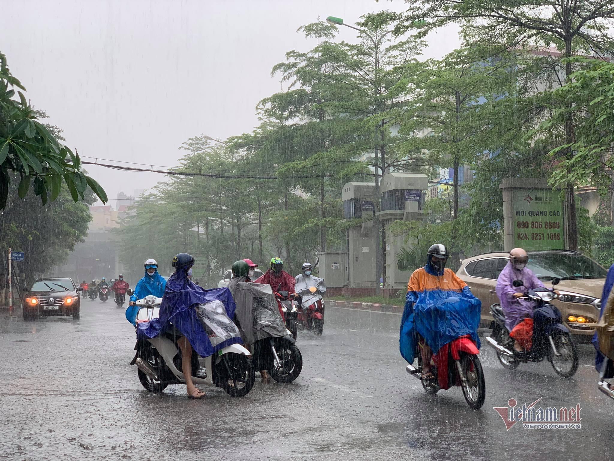Mưa lớn, người Hà Nội đi làm tránh từng điểm ngập