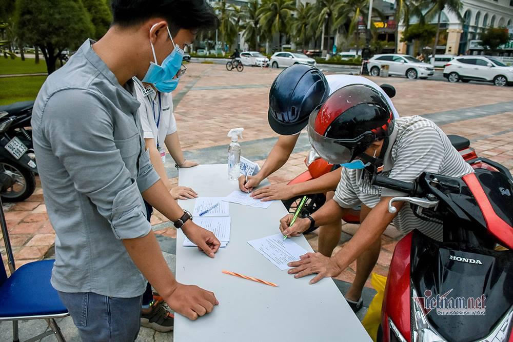 Ngày đầu hết lệnh cấm, người Đà Nẵng đổ ra tắm biển từ sáng sớm