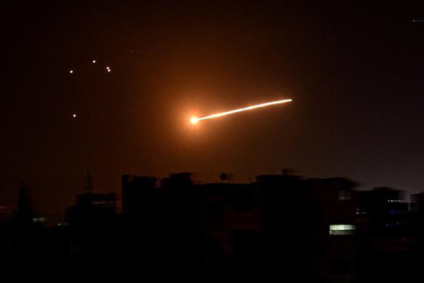Phòng không Syria đánh chặn mưa tên lửa