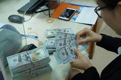 Giá USD ngân hàng và tự do đồng loạt lao dốc